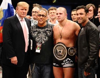 左から実業家のドナルド・トランプ氏、アフリクションのトム・アテンシオ副代表、ヒョードル、ボクシング6階級世界王者のオスカー・デ・ラ・ホーヤ photo by Gene Blevins - Hoganphotos/Golden Boy Promotions