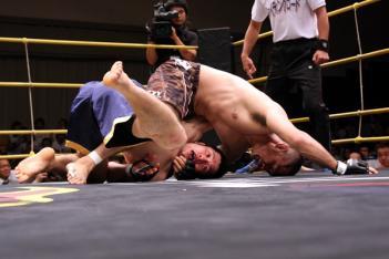 ガッツマンから独立した奥野だったが、岩瀬のレスリングに大苦戦