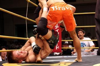 山崎が潜り込んで足関を狙うが、宮田は反応