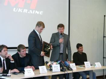 右から2人目でマイクを持っているのがフィンケルシュタイン氏、その左に立つのがクリスチャク氏、その左に座るのがゴンチャク氏