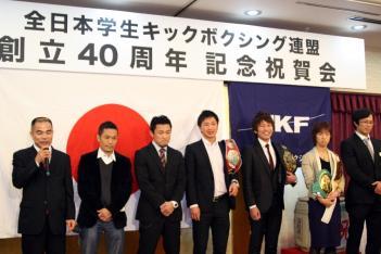 11月の学生キック創立40周年祝賀会にプロで活躍した選手が勢ぞろい。左から土屋氏、山田氏、黒田アキヒロ、SHIGERU、小山泰明