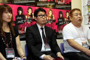 写真左から茂木康子プロデューサー、尾薗代表、DEEPの佐伯繁代表