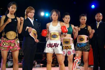 J-GIRLSのチャンピオンが勢ぞろい。右端が石垣プロデューサー