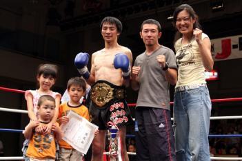 タイトルを獲得した佐藤。子供たちと一緒に