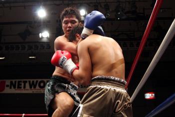 首相撲からの膝で遠藤が青津を圧倒