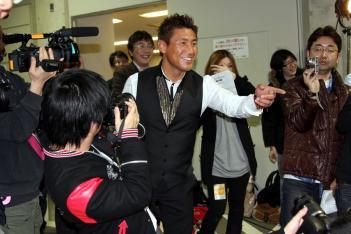 大会後、長島を讃える魔裟斗。コスプレイヤーを見て「この中に彼女いるの?」とからかう