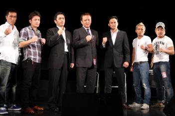 谷川氏を挟んで両組織の首脳が並ぶ