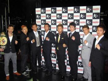 写真左から寺戸、KO-ICHI、神戸、皇治、武尊、八神、中嶋、鈴木