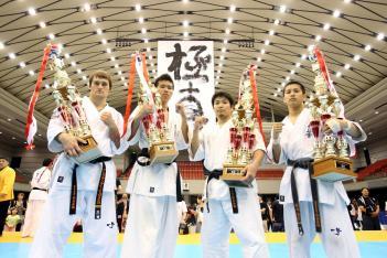 各階級優勝者、左から重量級イエロメンコ、軽重量級上田、中量級中村、軽量級原田