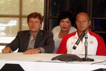 09年7月の記者会見でのフィンケルシュタイン会長とヒョードル