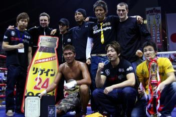 M-1ライトヘビー級王者・寒川直喜を中心に並ぶチームの選手・トレーナー陣