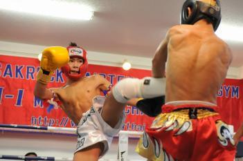 左ミドルを放つ45kg級王者・岩田翔吉