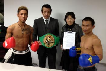 加藤竜二×ンガオプラジャン・チューワッタナ。右2人目がJPMCの山根千抄理事長