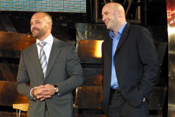 写真左がロレンゾ会長。右がデイナ・ホワイト社長。07年3月のPRIDE買収発表会見にて