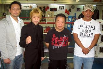 左からRISEクリエーションの伊藤隆代表、KENJI、積田進トレーナー、萩森健一マネージャー