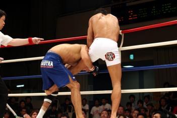 鈴木レフェリーがダンタスのロープつかみを注意