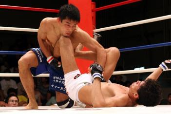 足を効かせて上田を突き放し、立ち上がるダンタスだったが...