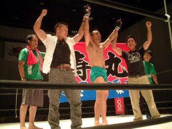試合後、大漁旗を掲げる寿丸陣営