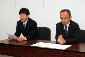 左が飯田広報、右が稲村本部長