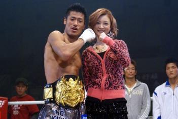 プレゼンターとインタビュアーは歌手の吉澤ひとみさんが務めた