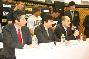 前列左からNTTぷららの板東浩二社長、TVバンクの中川具隆社長、UFCアジア支部の役員のマーク・フィッシャー氏