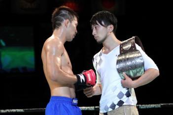 8月の挑戦者決定戦後、対面した藤原と倉岡